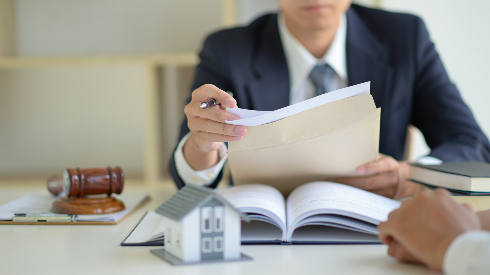 Should You Hire a Real Estate Agent or Lawyer to Buy a House
