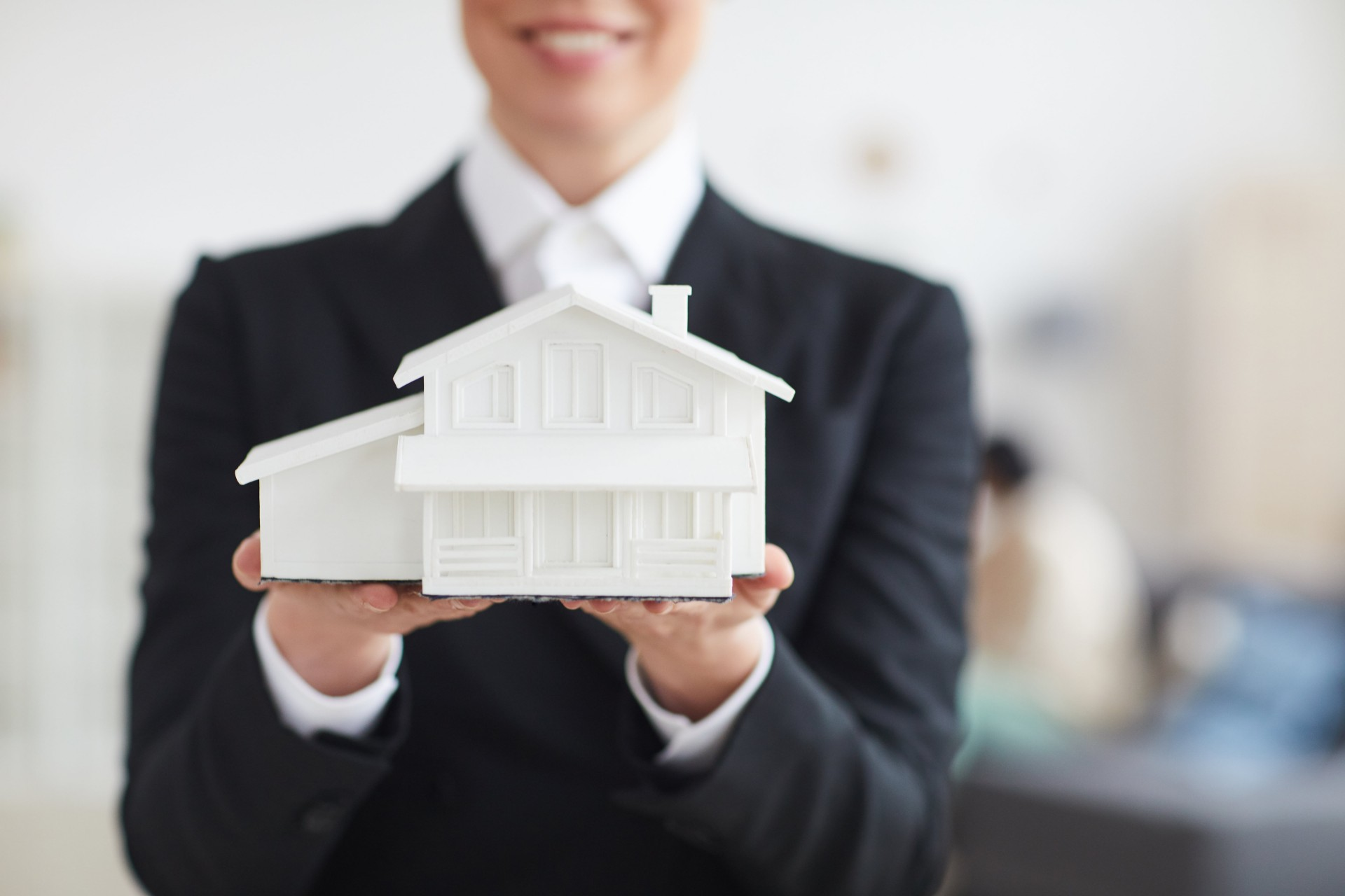 Pros and Cons of Buying a House Before Selling